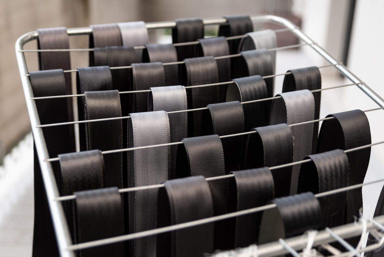 asciugatura all'aria aperta di cinture riciclate
