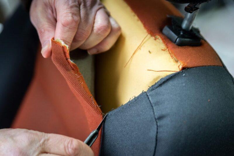 taglio tessuti da sedili di auto